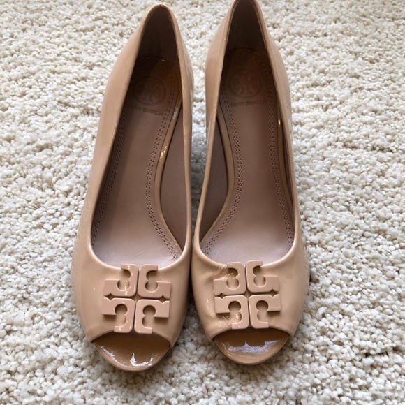63da27081d4cc NWT Tory Burch Nude Lowell Patent Peep-toe wedge
